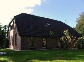 oostzijde met ruime tuin en tramplone van 4,80 meter doorsnee