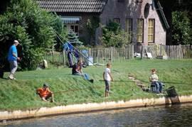 de voorzijde van de boerderij ligt slechts 10 meter van het kanaal met eigen vistrapjes