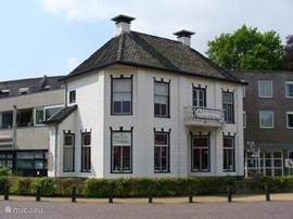 Het van Gogh huis in Nieuw-Amsterdam is een bezienswaardigheid en tentoonstellingsruimte. Het was deze Drentse plaats waar van Gogh graag kwam en zijn beroemde bruggetje schilderde en zijn bekende Drentse uitspraak deed: Het is hier zo gansch en al en dat wat ik mooi vind