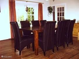 eethoek 2x 8 persoons bevindt zich in de grote woon/eetkamer van 60 vierkante meter
