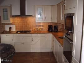 grote luxe keuken met inbouwapparatuur