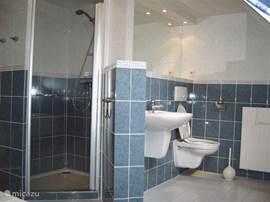 aparte douchecabine en extra toilet