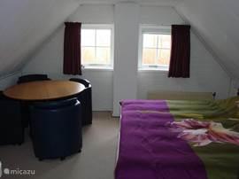 De slaapkamer boven,met vaste wastafel.