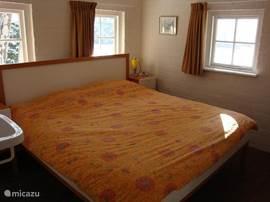 Slaapkamer beneden met vaste wastafel.