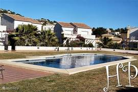 Centraal gelegen geschakelde villa, volledig ingericht met groot zwembad & kinderfaciliteiten. Diverse stranden dichtbij.