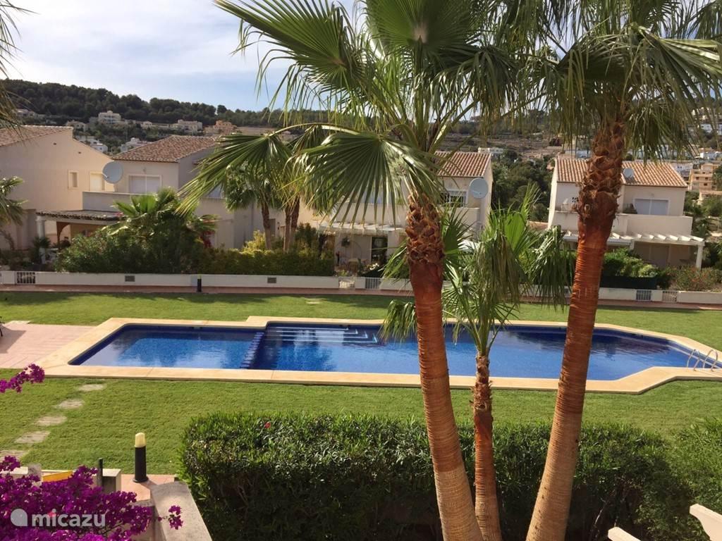Zwembad; ondiepe gedeelte (50 cm) afgeschermd naar het diepere gedeelte. Foto genomen vanaf ons zonneterras (ruim balkon) op de 1e etage.