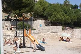 Cala La Fustera; het dichtstbijzijnde strandje; minder dan 1 km. Bijna elk strand heeft n speeltoestel; zo kindvriendelijk is de omgeving!