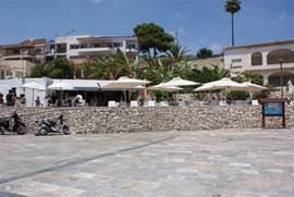 Cala la Fustera; even wat kouds te drinken halen vanaf je strandhanddoek.