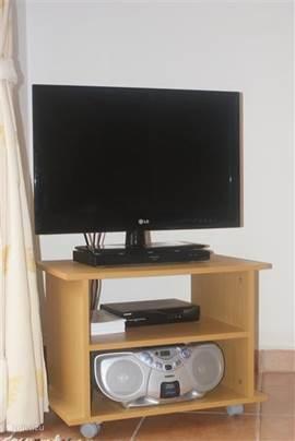 Flatscreen TV met dvd speler; cd speler en natuurlijke Nederlandse zenders te ontvangen (canal digitaal pakket!)
