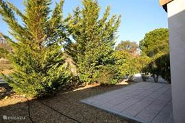 De tuin aan de achterzijde, via de ouderslaapkamer met openslaande deuren te bereiken