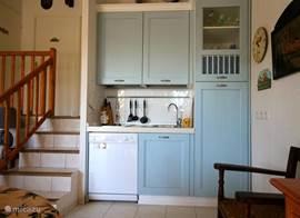 De keuken, compact maar zeer functioneel en voorzien van een afwasmachine.