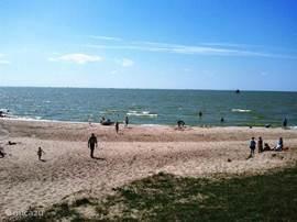 Op ongeveer een km afstand is het IJsselmeer met daarbij een rustig strand. Hier is het zelfs midden in de zomer niet overvol en kan je genieten van zon, strand, water en de boten die voorbij varen.