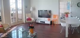 Een deel van de woonkamer met grote lcd televisie. Standaard ook wat films en cd's aanwezig.  Dit is een breedbeeldfoto!! Klik op de foto om de hele foto te bekijken.