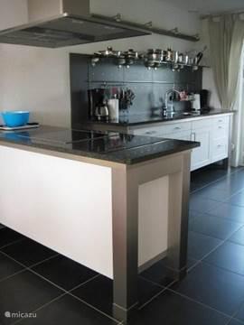 Een Siematic keuken met kookeiland en maar liefst 2 ovens en alles wat er in een goede keuken aanwezig hoort te zijn.