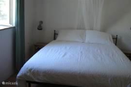 De slaapkamer met tweepersoonsbed met een binnenveringmatras.