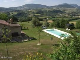 Indruk van de ligging van appartement en zwembad in de tuin