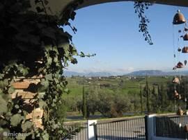 Uitzicht vanaf voorterras naar Villa Franco