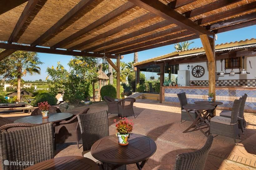 Het terras bij het restaurant