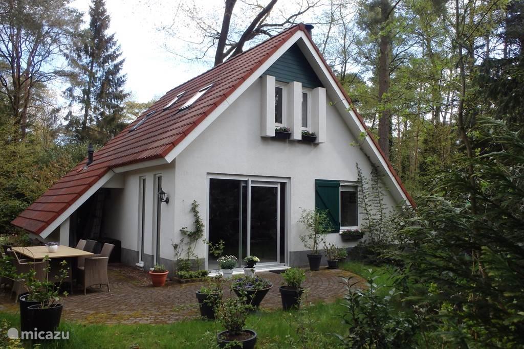 Het vrijstaande landhuis is prachtig gelegen in een bosrijk gebied aan de rand van Bospark Dennenrhode en omgeven door een ruime tuin. Het huis is zeer volledig en smaakvol ingericht, heeft een riante woon-eetkamer, luxe open keuken, 3 slaapkamers en 2 badkamers.
