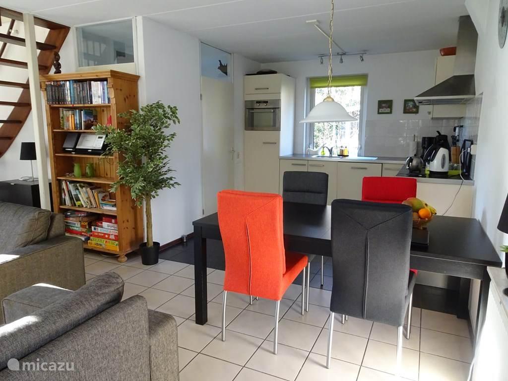 De eettafel met 4 stoelen vormt met de twee andere fauteuils ruim plaats aan 6 gasten.
