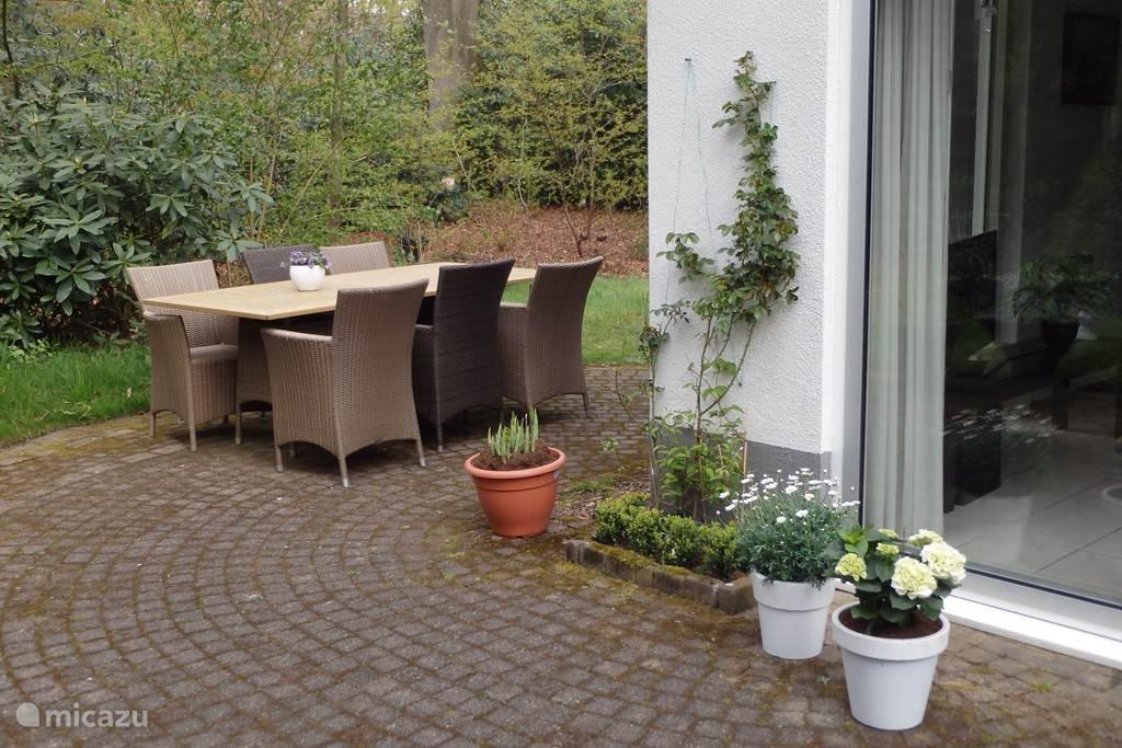 Op het terras, aan de grote eet-leestafel of elders in de tuin in ligstoelen, is het volop en ontspannen genieten van de prachtige natuur en de heerlijke rust.