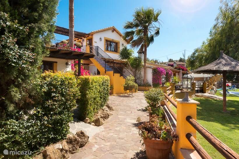 Authentieke Spaanse ranch met 11 vakantiewoningen, (verwarmd) zwembad, apart kinderbad en restaurant in Andalusie, 30 minuten van het vliegveld van Malaga en het strand.