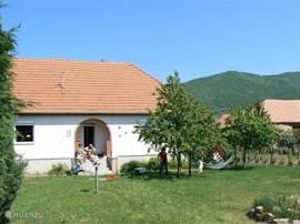 Fantastisch gelegen 6 pers. luxe vakantiewoning in Zuid-West Hongarije. Prachtig gelegen in een rustiek dorpje in het Mecsekgebergte, op slechts 6 km van de stad Pecs (Culturele hoofdstad van Europa 2010).