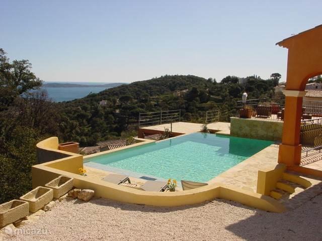 Het zwembad met uitzicht over de zee