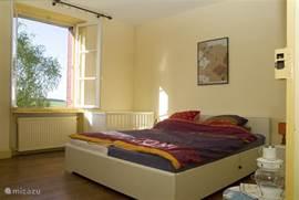 2 persoons slaapkamer met kinderbedje
