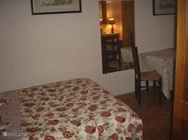 slaapkamer 3, op de ochtendzon met wastafel