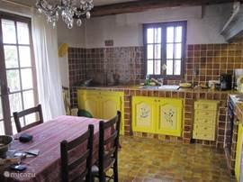 de gezellige provencaalse keuken waar alle franse lekkernijen klaargemaakt en gegeten kunnen worden