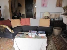 gedeelte van de woonkamer met de heerlijke bank, waarop je naar de t.v. met o.a. nederlandse zenders kunt kijken