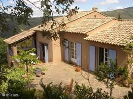 Charmante Provençaalse villa, grenzend aan natuurgebied met schitterend uitzicht over de eilanden en langs de kust. 5 min. van zee en beeldschoon strandje. 22 km van st. Tropez. Het huis heeft alle comfort en een romantische inrichting. Voor rustzoekers.