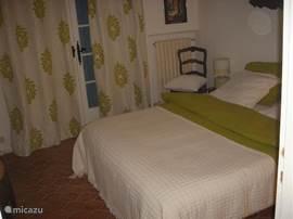 slaapkamer 2, eveneens met deuren naar terras en zeezicht