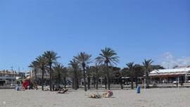 Strand met de wandelboulevard, terrassen en restaurants.