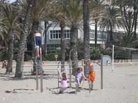 Ook voor de kleinere kinderen zijn er meerdere speeltoestellen verdeeld over het strand
