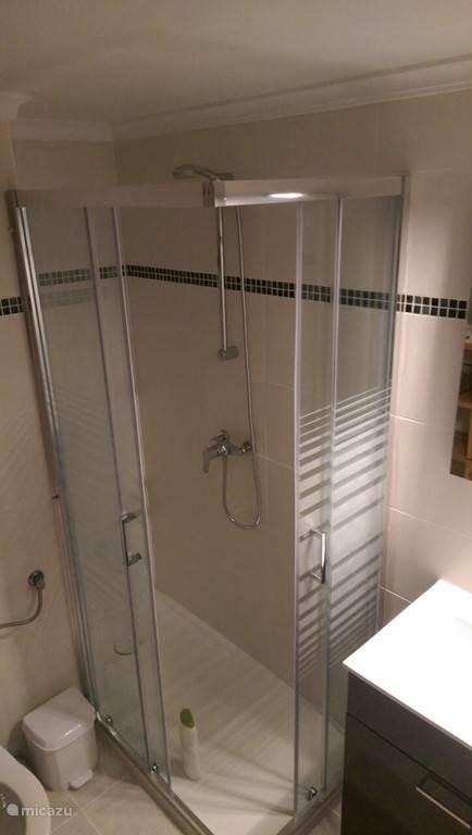 Badkamer: extra grote douche, toilet en wastafelmeubel. Nieuw, 2015