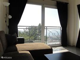 Uitzicht over de heuvels en zee vanuit westkant woonkamer. geen inkijk mogelijk. Zeer prive