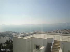 Onbelemmerde panoramische uitzicht over omgeving vanaf privedakterras.
