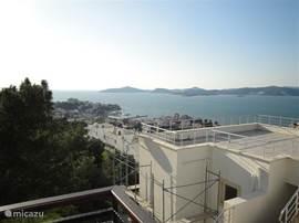 Uitzicht vanaf groot balkon aan noordzijde woonkamer.