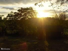 Op het terras kunt u met een Franse wijn en stokbrood genieten van een prachtige zonsondergang...