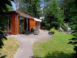 Het Haasje is een sfeervol houten chalet van 97 m2 met een mooie besloten tuin met 2 terrassen en een prieel (met open haard) op het vakantiepark Landgoed Ruighenrode bij Lochem. Midden in een prachtige wandel- en fietsomgeving met pittoreske stadjes. Veel recreatie mogelijkheden.