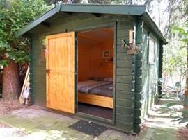 Knus 2 persoons slaaphuisje in de tuin als derde slaapkamer.
