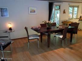 Een grote woonkamertafel voor vele doeleinden geschikt.