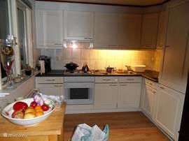 Open keuken met alles wat er nodig is, maar zonder vaatwasser.