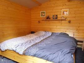 Knus slaaphuisje in onze tuin met een dubbel bed met 2x 90x200 matrassen