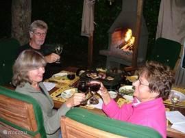 Prieel waarbij gordijnen dicht kunnen om de warmte van het vuur vast te houden. Een glaasje wijn er bij. Wat wil je nog meer?  Wij wensen u een fijne vakantie in ons hazenleger.