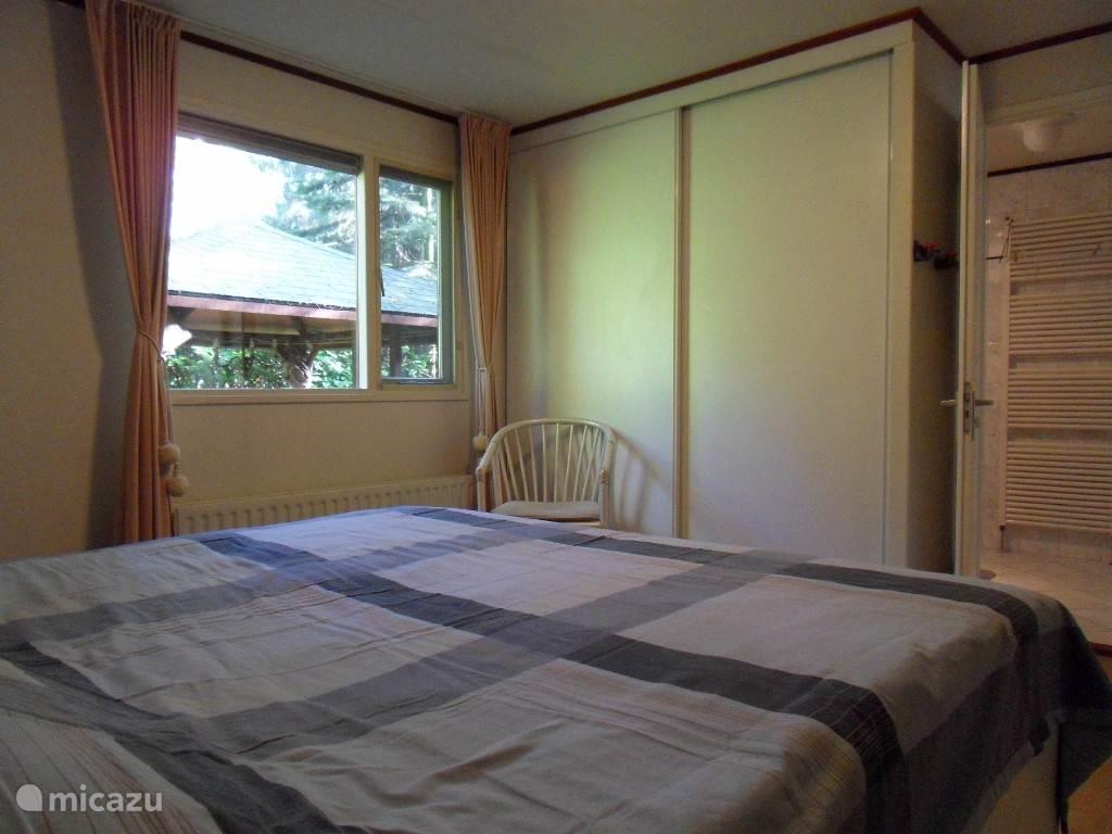 Grote slaapkamer met verstelbaar bed 2x 90 x 200, grote leg/hangkasten. Ook hier een eiken laminaat vloer.