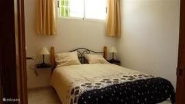Slaapkamer 1 met 2 persoons bed, voorzien van airco (warm en koud) en een inbouwkast met zowel hang- als leggedeelte en een draaispiegelkast.