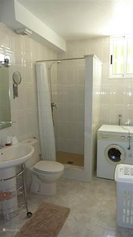 De ruime badkamer die gesitueerd is tussen de 2 slaapkamers. Hierin staat ook de wasmachine.